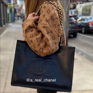 💎FIRM💎💯AUTHENTIC CHANEL TOTE